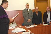 Domažlický soud uložil důstojníku hospodářské kriminálky podmíněný trest.