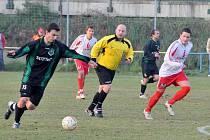Z utkání FK Holýšov se soupeřem z Rokycan.