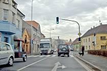 Křižovatka na Husově třídě v Domažlicích při ranní dopravní špičce.