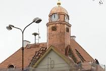 Nová věžička a oprava střechy staré radnice v Holýšově.
