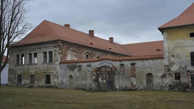 Zámek v Čečovicích je postupně opravován.