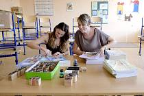 Učitelka Marcela Jančová (vpravo) a asistentka  Zdeňka Hrušková připravují pracovní sešity pro své nové prvňáčky.