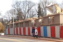 Z demolice rohové budovy bývalé domažlické nemocnice.