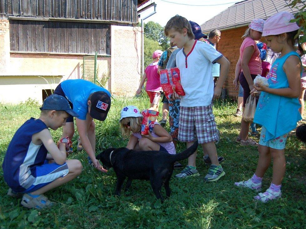 Děti navštívily psí útulek na Valše.
