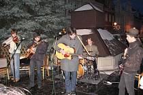 Mladá domažlická kapela Loutky a jejich posluchači na náměstí u stromečku.