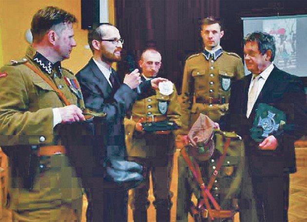 Starosta Holýšova Jan Mendřec (vpravo) převzal uniformu důstojníka Svatokřížské brigády.