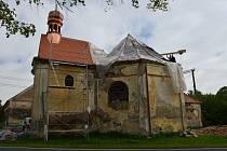 Oprava střechy kaple svatého Judy Tadeáše ve Štítarech u Hostouně.