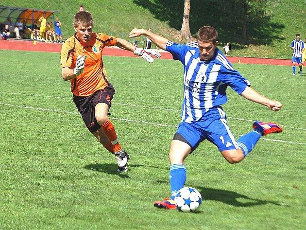 Jaroslav Kovařík v dresu Jiskry Domažlice střílí svůj druhý gól do sítě Sokola Ovčáry.