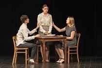 Děti je představení o dvou dívkách židovského původu. Napsali ho žáci domažlické základní umělecké školy a slavili s ním úspěch v několika soutěžích.