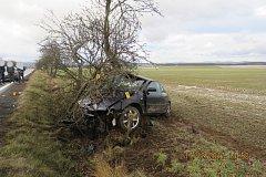ZDEMOLOVANÉ AUDI.  Mladý řidič z nehody naštěstí vyvázl jen s lehkým zraněním.