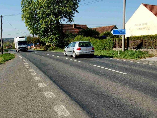 PRŮTAH OBCÍ BŘEZÍ. Silná intenzita dopravy, hlavně nákladní, za sebou hlavně během léta zanechávala v Březí ´památku´ v podobě kolejí. Dílčí opravy silnice nepomáhaly stoprocentně.