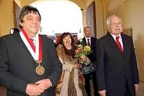 TRHANOVSKÝ ZÁMEK. V lednu před třemi roky v něm přivítal starosta Ondřej Frei (vlevo) prezidenta Václava Klause s chotí. Již tehdy se hovořilo o nutných opravách.