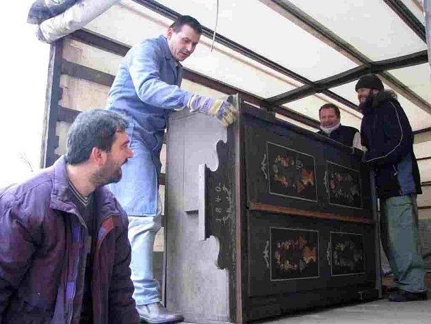 Na korbě auta právě spočinula chodská malovaná skříň z roku 1840 – již muzeu se svými sbírkami věnoval Mistr Jindřich. Stěhovali ji (zleva) Martin Volf z Kolovče, který přijel pomoci kamarádům muzejníkům, a ředitel Muzea Chodska Josef Nejdl.
