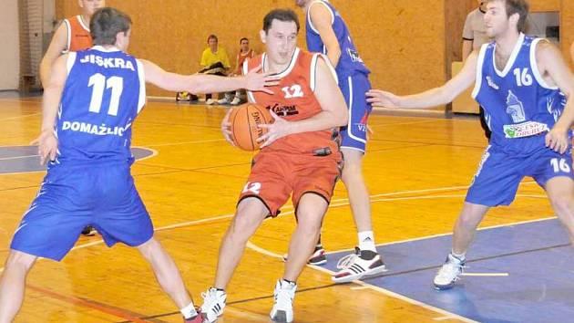 ASPOŇ SI HO POHLADÍM. Na snímku se s míčem vyhýbá holýšovský Martin Zobl. Jeho zakončení se snaží překazit domažličtí Ondřej Huml (s číslem 11) a Jan Blacký (s číslem 16).