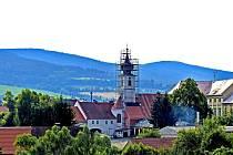 TRHANOVSKOU KOSTELNÍ VĚŽ KRYJE LEŠENÍ. Lidem přijíždějícím ve směru od Havlovic či Újezda se nyní naskýtá tento pohled na památkově chráněný trhanovský zámecký areál.