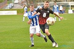 Marek Hejda v modrobílém dresu Jiskry Domažlice v souboji se soupeřem z FK Dobrovice.