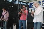 Robert Křesťan a jeho kapela Druhá tráva zakončili páteční festivalový den pod Chodským hradem.