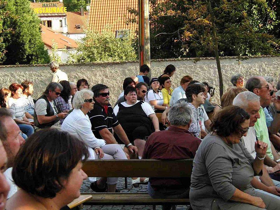 Duo Dubnička-Lahoda a jejich přátelé bavili lidi pod hradem jako první v sobotu v podvečer.