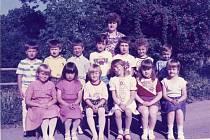 Učitelka Zdeňka Babková se svou třídou.