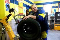 V domažlickém pneuservisu Jana Paulera mají napilno. Na snímku přezouvá zákazníkovi pneu Pavel Tauber.