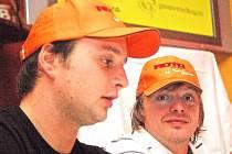 ÚSMĚV, BUDE SE FOTIT. Na snímku vlevo řidič týmu Roto Plzeň Jan Šlehofer. Vpravo jeden z kopilotů týmu, jedenatřicetiletý Zbyněk Soběhart.