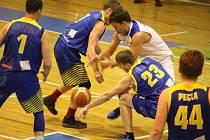 Basketbalisté Jiskry Domažlice (v bílém) vyřadili ve čtvrtfinále play-off II. ligy Slunetu Ústí nad Labem.