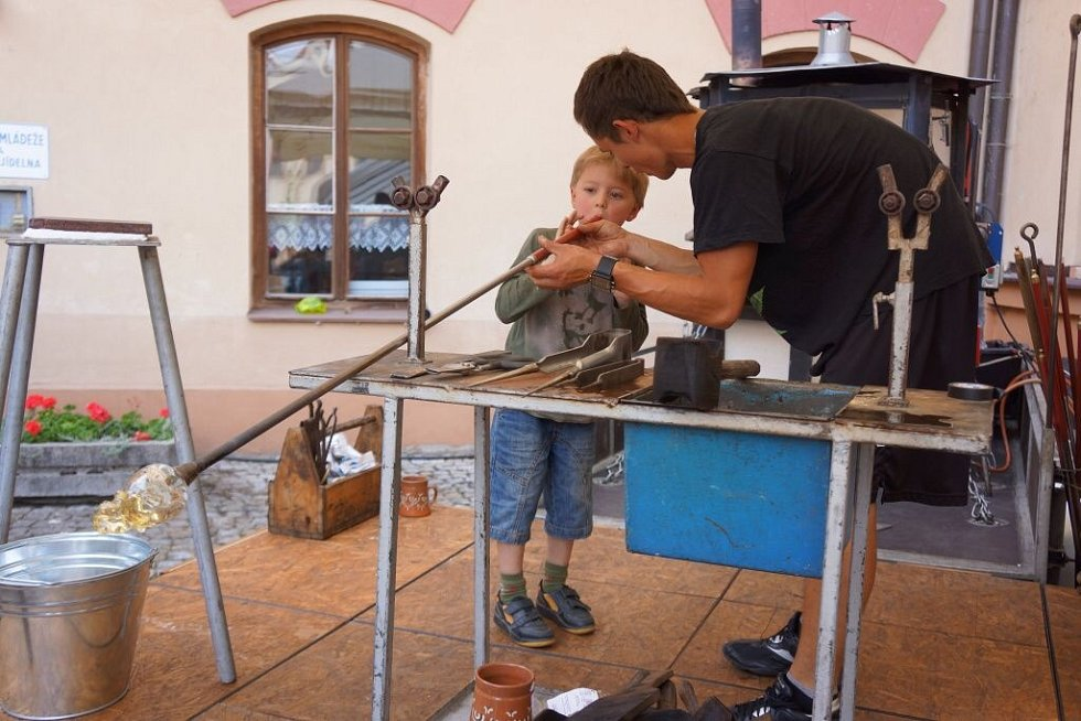 Vedle profesionálních sklářů z Nového Boru si může práci s roztavenou hmotou vyzkoušet každý návštěvník – ten první ještě ani není školou povinný.