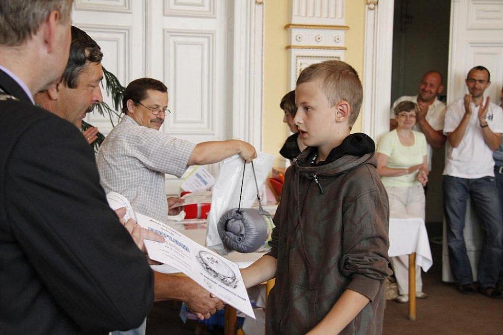 Vyhodnocení soutěže O největší alobalovou kouli na domažlické radnici.