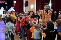 Holýšovské děti si užily zábavný pořad plný her, soutěží a písniček. Veselým odpolednem je provázel Milan Mudroch.