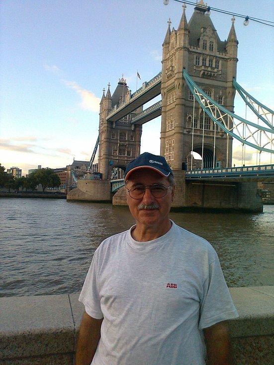 František Hes vyrazil z Blížejova na kole až do Londýna. Trasu dlouhou více než 1300 kilometrů ujel za 10 dní. O své dobrodružné cestě teď vydal knihu.