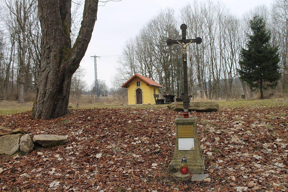 Na místě někdejšího kostela Panny Marie Pomocné postavil v roce 2016 Marek Hrůša, který na Pleši vlastní penzion a stará se také o tamější hřbitov, kapli. Chtěl tak připomenout osud někdejších obyvatel, kteří byli po válce odsunuti.