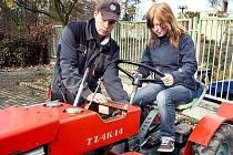 Patnáctiletá Martina Kolejníková si zkouší řízení malotraktoru. Tato činnost byla součástí prezentace oboru Agropodníkání, který představila Střední odborná škola a Střední odborné učiliště v Horšovském Týně.
