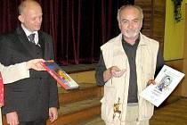 Václav Kuneš (vpravo) přebírá ocenění v Libici.