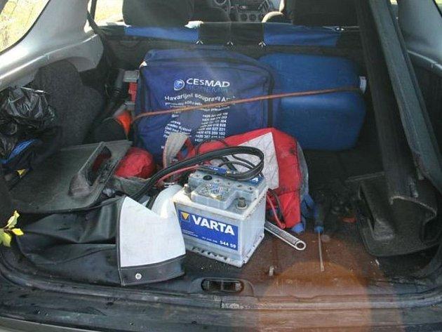 Takto vybaveni byli zloději z Tachovska na krádeže aut.