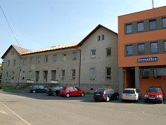 Starší výpravní budovu (vlevo) v Domažlicích prodávají České dráhy za 3,5 milionu.
