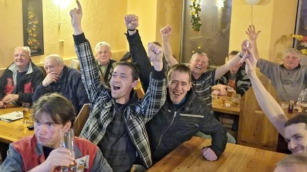 Radostná atmosféra v domažlické restauraci Malý bambus (dříve Koruna) právě v momentě, kdy Češi vstřelili druhý gól do slovenské branky. Na snímku uprostřed Vlastimil Kout s bratrem Aloisem.
