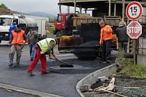 Chodovská část silnice je už téměř hotová. Ve středu kolem poledne prováděli dělníci asfaltování vjezdu do trhanovských dřevařských závodů.