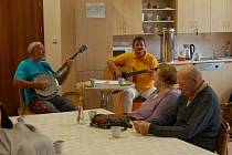 Country posezení v domažlickém domově pro seniory.