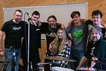 Kapela Lionika nedávno vydala první singl Chaos.