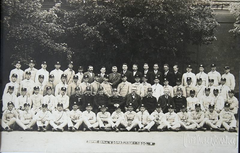 Župní škola v Domažlicích roku 1930.