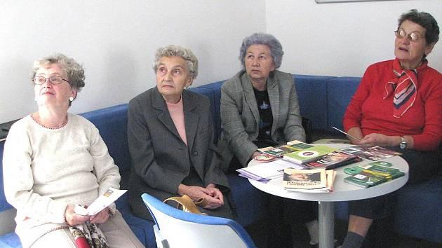 Film znázorňující skutečné příběhy pozorně sledovaly (zleva) Zdeňka Hanová, Milada Lipová, Jiřina Štarová a Marie Idelbeková.