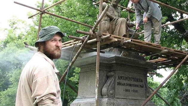 Bratranci Jaroslav (zleva) a Ondřej Šindelářovi se podílejí na restaurování sochy děkana Antonína Příhody (1668–1749) v parku, který je  po  něm nazván