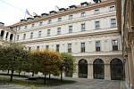 Pohled na druhé nádvoří a okna služebního bytu Jana Masaryka v druhém patře.