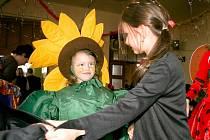 v kostýmu slunečnice tančí sedmiletá Michaela Husníková kolečko s kamarády na pasečnickém maškarním bále. Ačkoli nebyla vyhlášena nejlepší maska, odměny se dočkal každý.