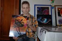 Martin Bauer představuje své obrazy.