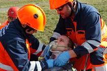 Při námětovém cvičení nejen hasili, ale také zachraňovali dva parašutisty.