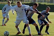 Milan Tyr v dresu Holýšova předvedl v duelu několik tvrdých zákroků. Jeho počínání potrestal sudí postupně dvěma žlutými kartami. Na snímku s ním bojují o míč  Papáček a Kotnauer.