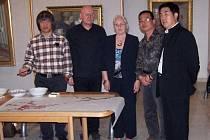 Zleva malíř Ma Shengkai, malíř a vedoucí Galerie bratří Špillarů Václav Sika, spisovatelka Marie Rivai, malíř Zhang Zhengkai a Zheng Shanyu, ředitel Městského úřadu pro kulturu, tisk a propagaci Wenzhou.