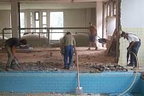 Sbíječky v rukou dělníků rozbíjely v červenci původní dětský bazén v Domažlicích, aby mohla začít výstavba nového.
