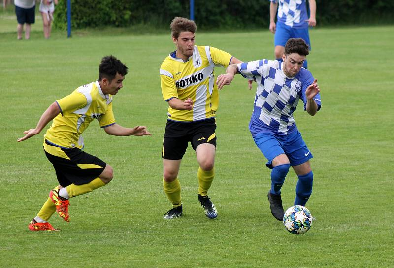 Fotbalisté TJ Jiskra Domažlice B (na archivním snímku hráči ve žlutých dresech) přivítají v neděli na domácím hřišti TJ Sokol Radnice.
